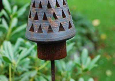 Gartenlicht auf Eisenstab, mit Eisen- und Manganoxid gefärbt