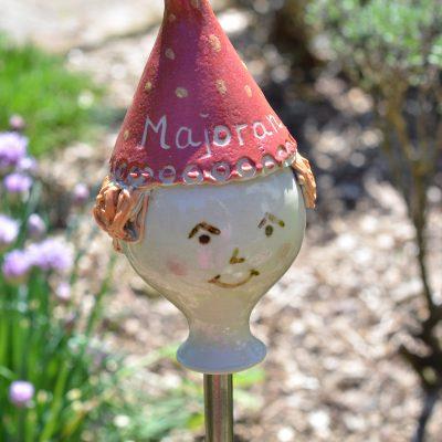 Kräuterzwerg Majoran, mit roter Mütze