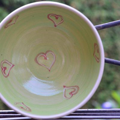 Schüsserl grün, Ø 14,5cm, mit rot unterlegten Herzerl