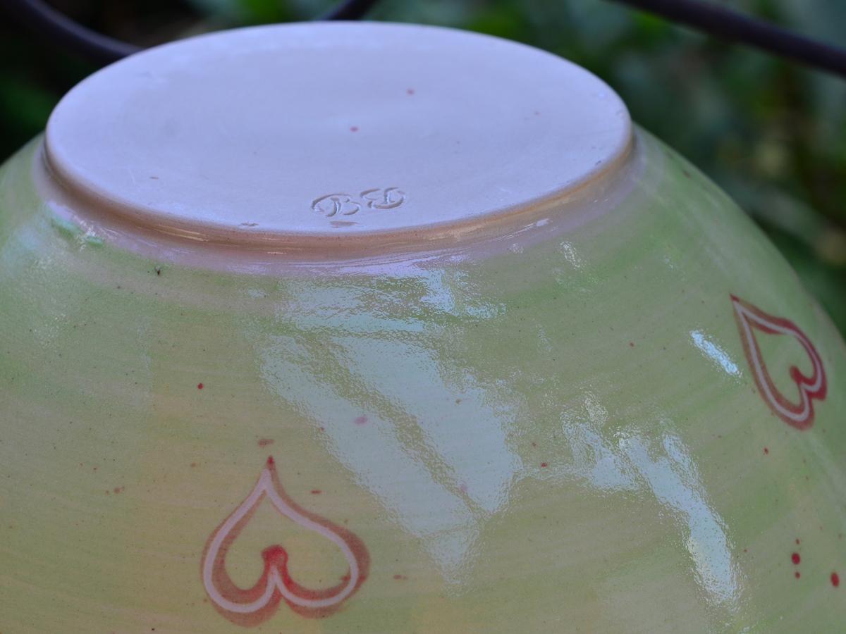 sch ssel gr n 24 6 cm mit rot unterlegten herzerl keramik barbara englisch. Black Bedroom Furniture Sets. Home Design Ideas